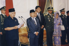 President Soeharto reads a statement of resignation at Merdeka Palace, while Vice President B.J. Habibie (second left) listens carefully. Soeharto officially transferred his post to Habibie on Thursday May 21. 1998, before Chief Justice Sarwata, journalists and several cabinet ministers, including his eldest daughter Siti Hardijanti Rukmana (right), who is the minister of social services, Minister of Security and Defense/Armed Forces Commander Gen. Wiranto (second right), Minister of Justice Muladi (third right) and Minister/State Secretary Saadilah Mursjid (fourth right). JP/Alex Rumi