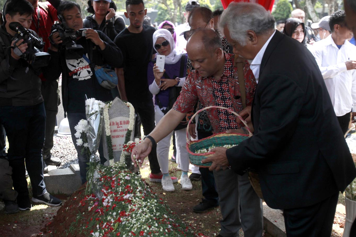 Timor Leste's first president Xanana Gusmao visits the grave of Indonesia's third president BJ Habibie at the Kalibata Heroes Cemetery in South Jakarta on Sunday, September 15, 2019. JP/Narabeto Korohama