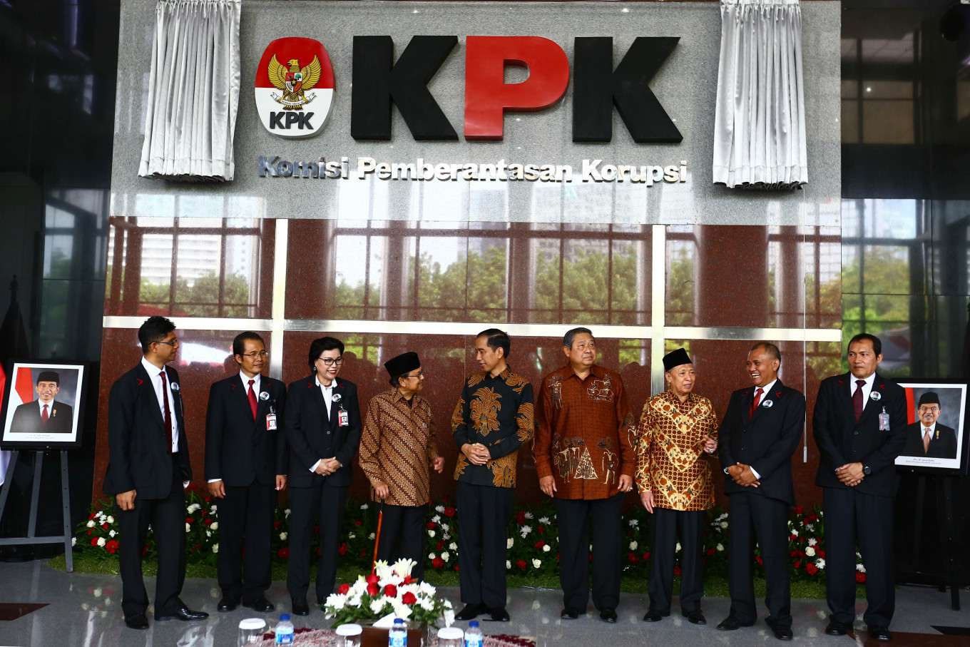 "President Joko ""Jokowi"" Widodo takes a picture together with former presidents Susilo Bambang Yudhoyono and BJ Habibie and the leaders of the Corruption Eradication Commission (KPK) when attending the inauguration of the KPK's new building in Jakarta on December 29, 2015. The launch was in conjunction with the KPK's 12th anniversary. JP/Wienda Parwitasari"