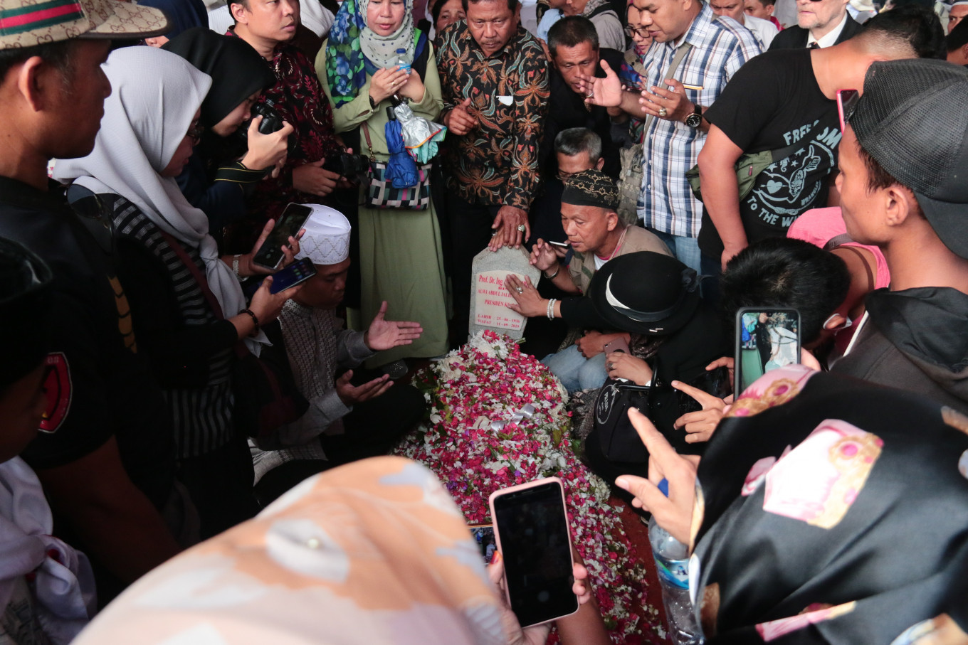 The public pay their respects to Indonesia's third president BJ Habibie at the Kalibata Heroes Cemetery in South Jakarta on Thursday, September 12, 2019. JP/Rafaela Chandra