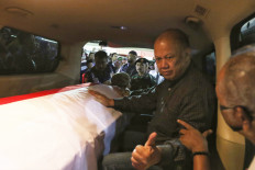 The eldest son of Indonesia's third president BJ Habibie, Ilham Akbar Habibie, coordinates with his brother Thareq Kemal Habibie while accompanying their father's coffin as it is taken from Gatot Subroto Army Hospital (RSPAD) in Jakarta on Wednesday, September 11, 2019. JP/Dhoni Setiawan