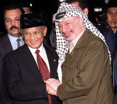 (FILES) This file photo dated 08 April 1999 shows then Indonesian President B.J. Habibie (L) greeting Palestinian leader Yasser Arafat at Jakarta's Halim Perdanakusumah military air base where the two leaders held some 30 minutes of closed talks during Arafat's brief stopover in Jakarta on his way to Vietnam and China. It was announced 11 November 2004 that Palestinian leader Yasser Arafat has died at a hospital in France at the age of 75 after a prolonged illness. AFP/FILES