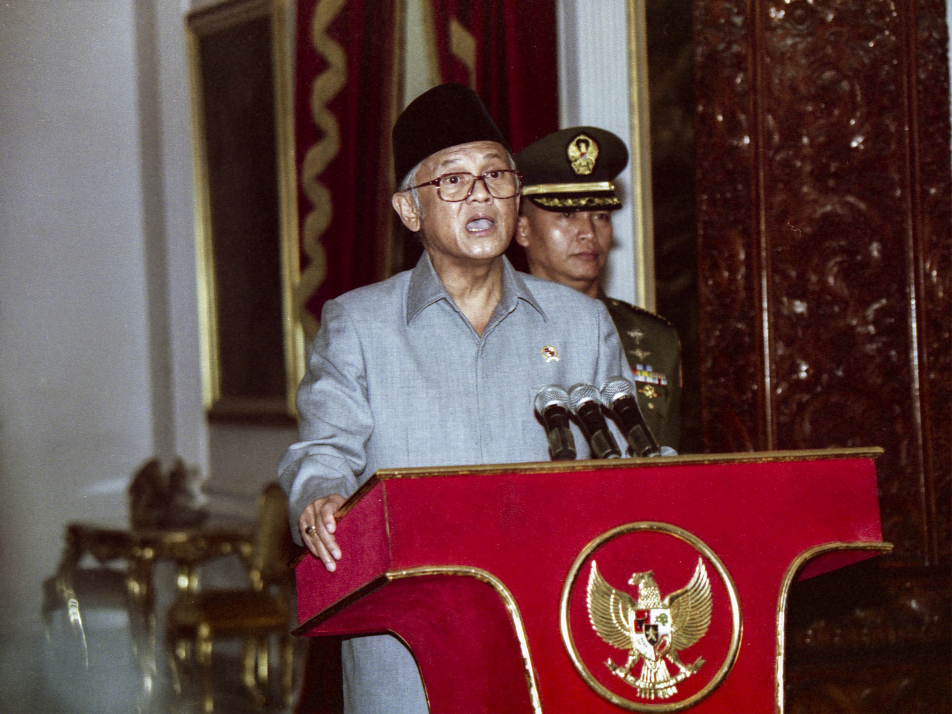 President B.J Habibie announces his Reform/Development Cabinet, which comprises 20 members of the previous lineup and 16 newcomers. Habibie vowed to build a clean and independent government when he announced the new cabinet at Merdeka Palace on Friday, May 22. 1998. JP/Alex Rumi