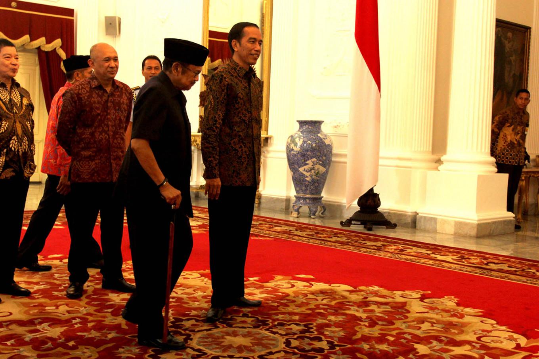 "President Joko ""Jokowi"" Widodo welcomes former president BJ Habibie at the State Palace in Jakarta on October. 13, 2015. JP/ Wienda Parwitasari"