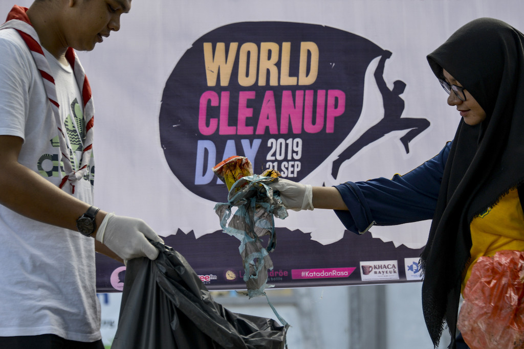 Environmental activists get down and dirty on mass cleanup day