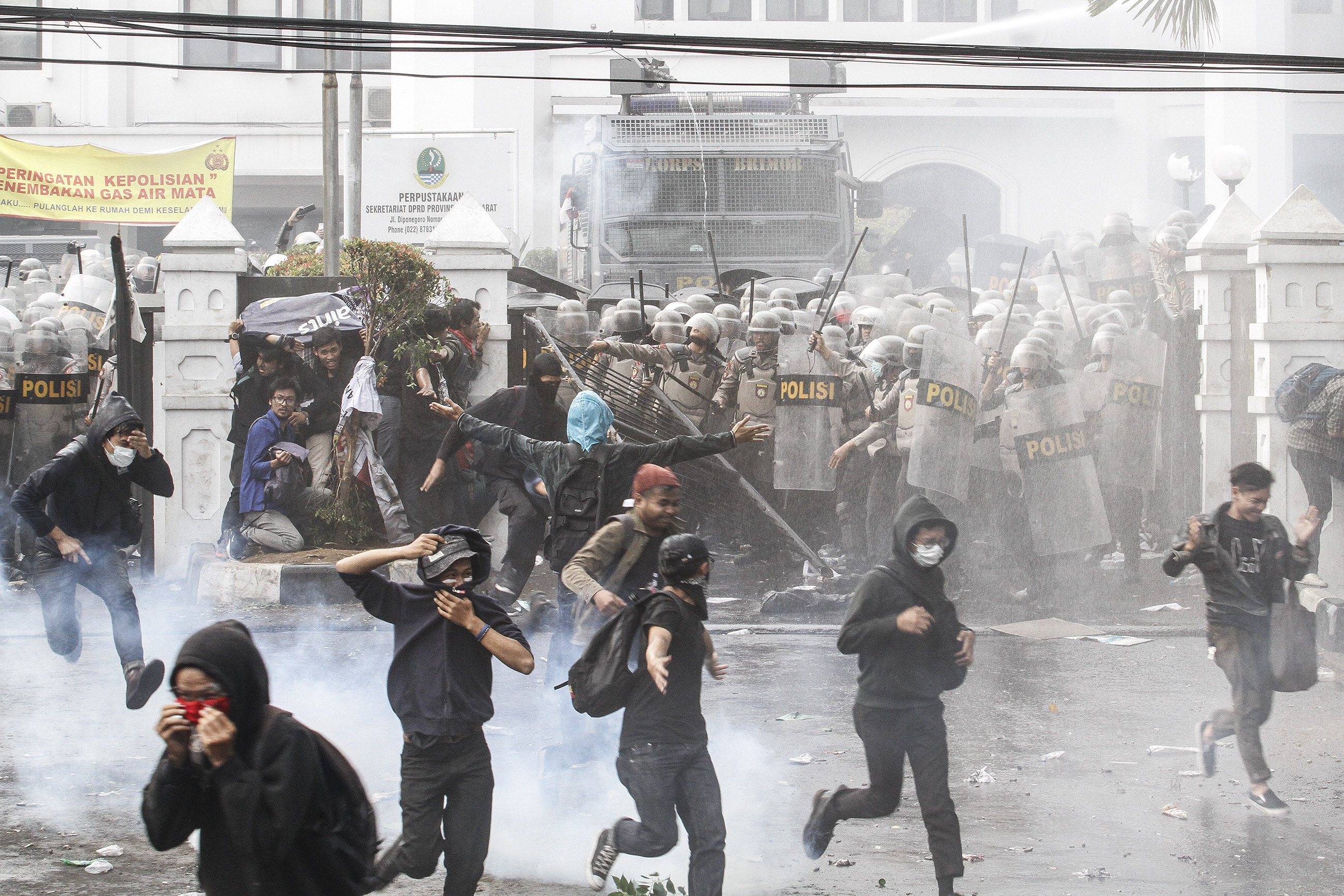 [UPDATED] Hundreds injured, arrested as Jakarta protest ends in clashes on Monday