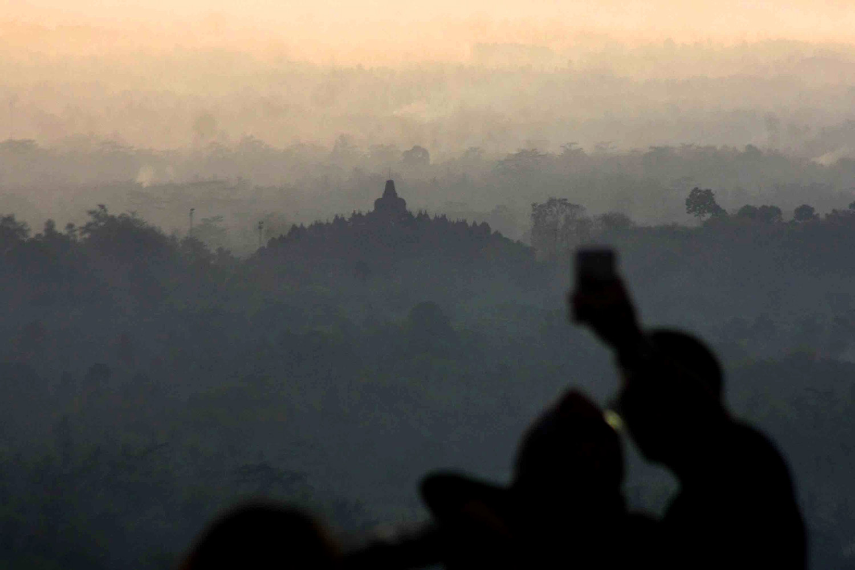 Visitors from across Indonesia and the globe flock to Punthuk Setumbu. JP/Maksum Nur Fauzan