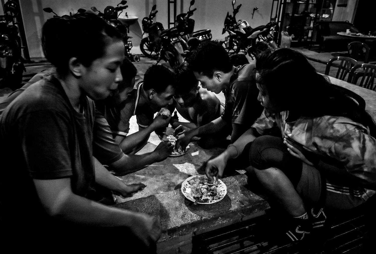 A spirit of togetherness is the motivation for young athletes to continue their training, such as when a food parcel arrives from neighbors. JP/Aman Rochman