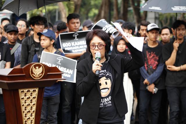 Jokowi should be brave to unveil Munir murder case before his new term: Suciwati