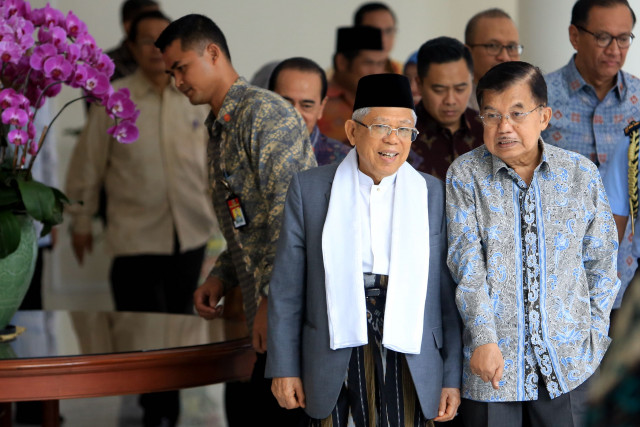 Sarong or pants for the palace? Ma'ruf Amin chooses....