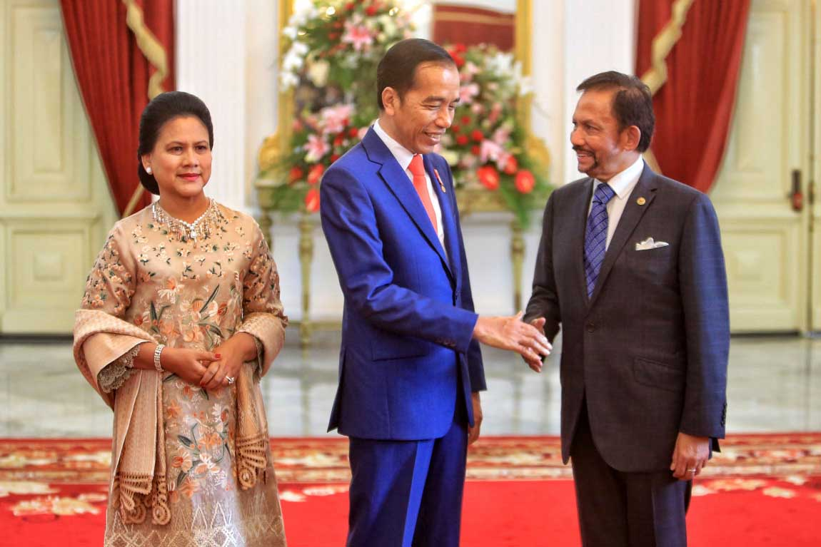 "President Joko ""Jokowi"" Widodo, accompanied by First Lady Iriana, shakes hands with Brunei Darussalam Prime Minister Sultan Hassanal Bolkiah prior to his inauguration ceremony at Merdeka Palace in Jakarta on Sunday. JP/Seto Wardhana"