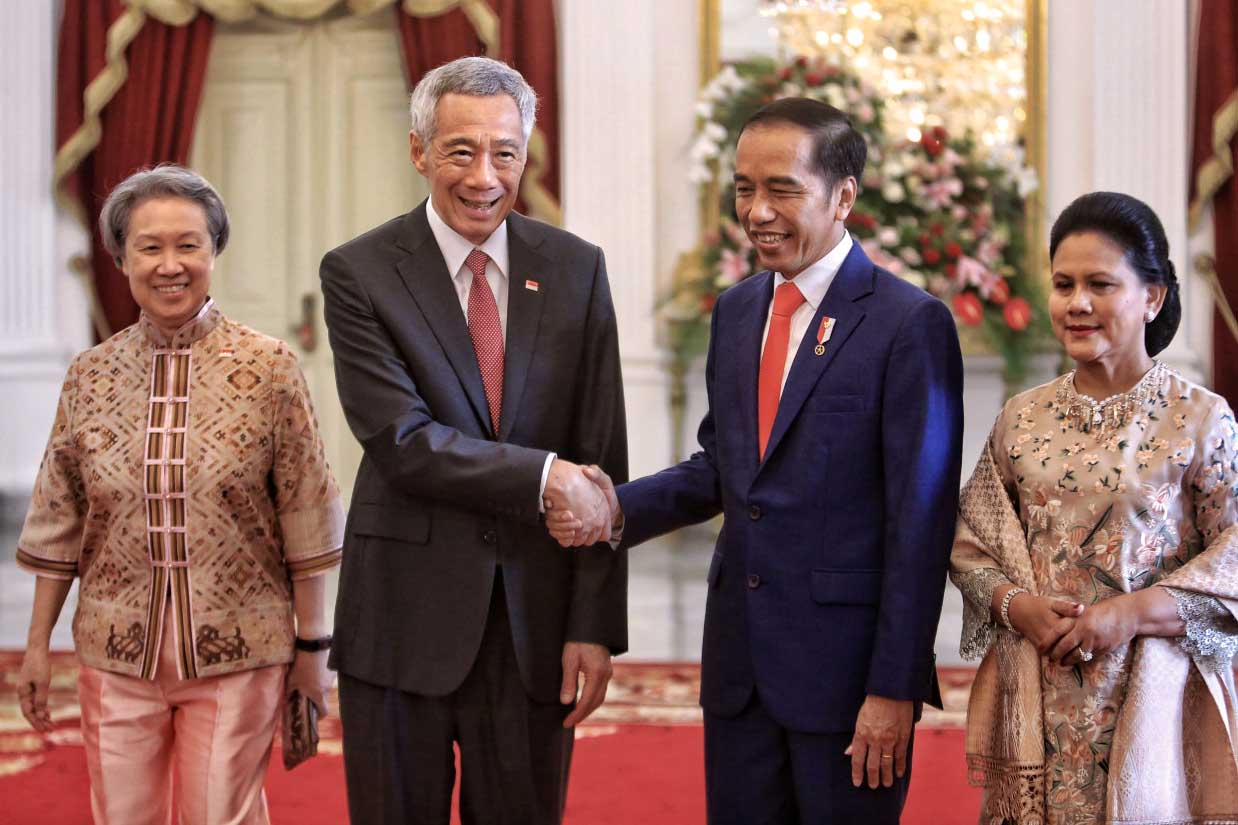 "President Joko ""Jokowi"" Widodo (second right), accompanied by First Lady Iriana (right), shakes hands with Singaporean Prime Minister Lee Hsien Loong and his wife Ho Ching before his inauguration ceremony at Merdeka Palace in Jakarta on Sunday. JP/Seto Wardhana"