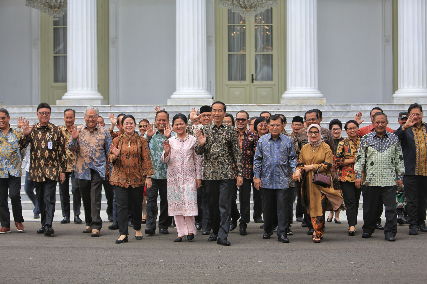 "President Joko ""Jokowi"" Widodo and then-vice president Jusuf Kalla, accompanied by First Lady Iriana and Mufidah Jusuf Kalla, pose for a picture alongside Cabinet members during a gathering at Merdeka Palace in Jakarta on Friday.