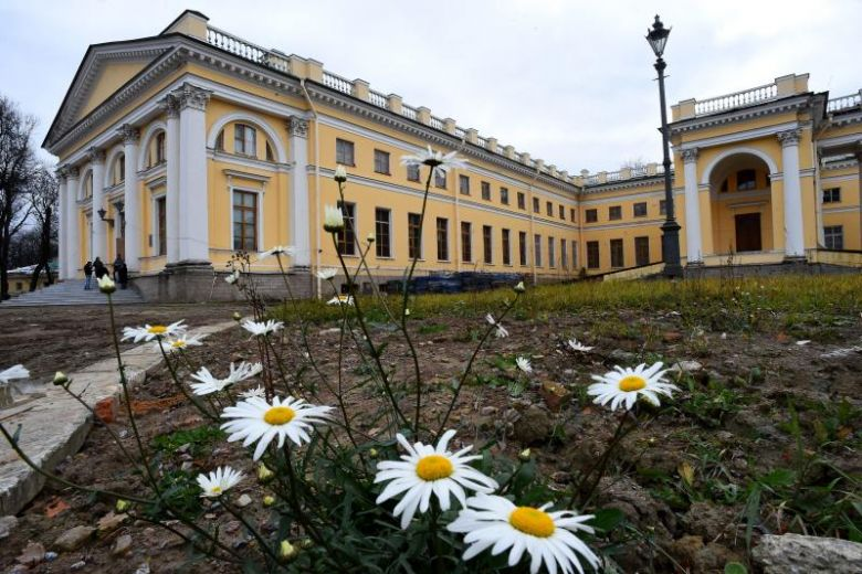 Restored to former glory, Russia tsars' home to reopen in summer