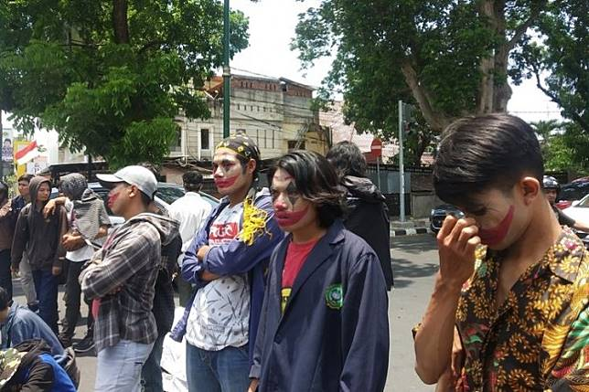 Face of Joker appears in Mataram as student protests continue
