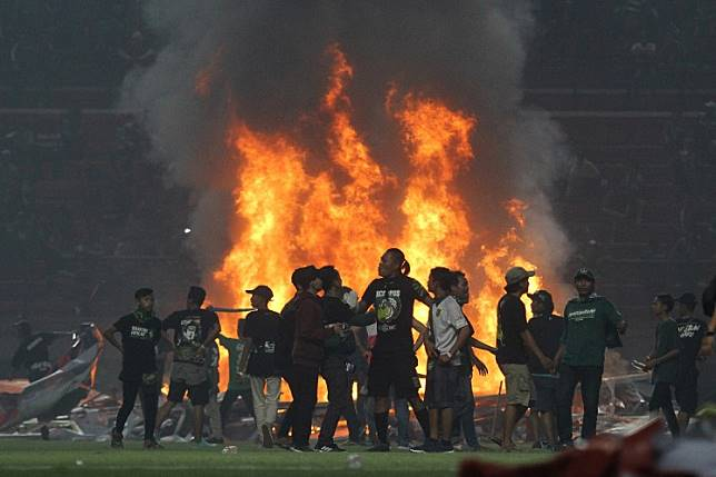 Persebaya suffers double loss: To PSS, plus angry fans riot