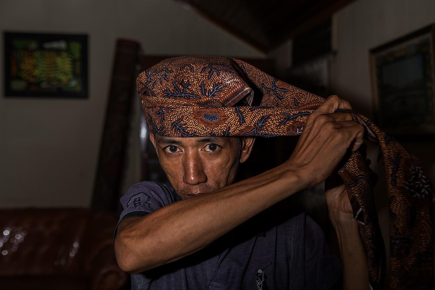 A student puts on a deta (headband). It is considered a must and a form of respect during practice in the evenings. JP/Ramadhani