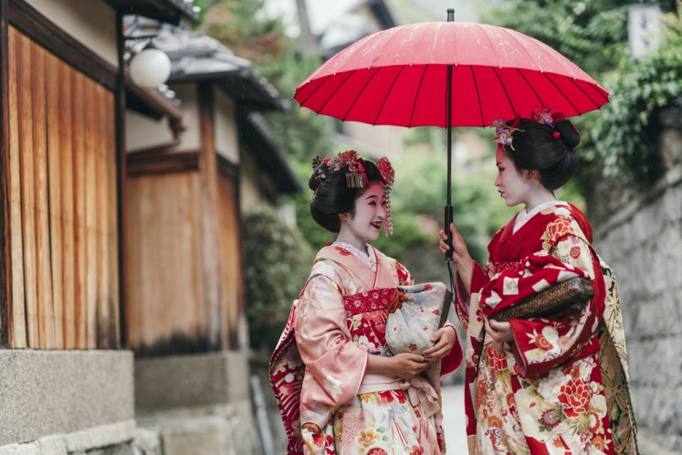Geisha gawkers must get consent for photos, Kyoto neighborhood decides