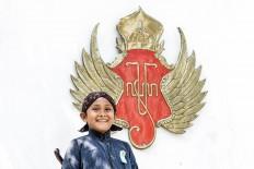 Rizki takes a photo with the Praja Cihna (Haba), the official symbol of Kraton Ngayogyakarta Hadiningrat, in the background. JP/ Anggertimur Lanang Tinarbuko