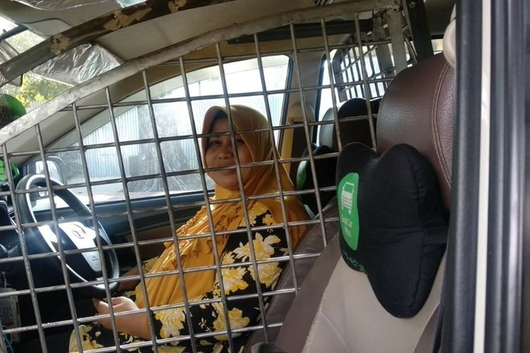 Female taxi driver installs security cage around driver's seat to protect against 'begal'