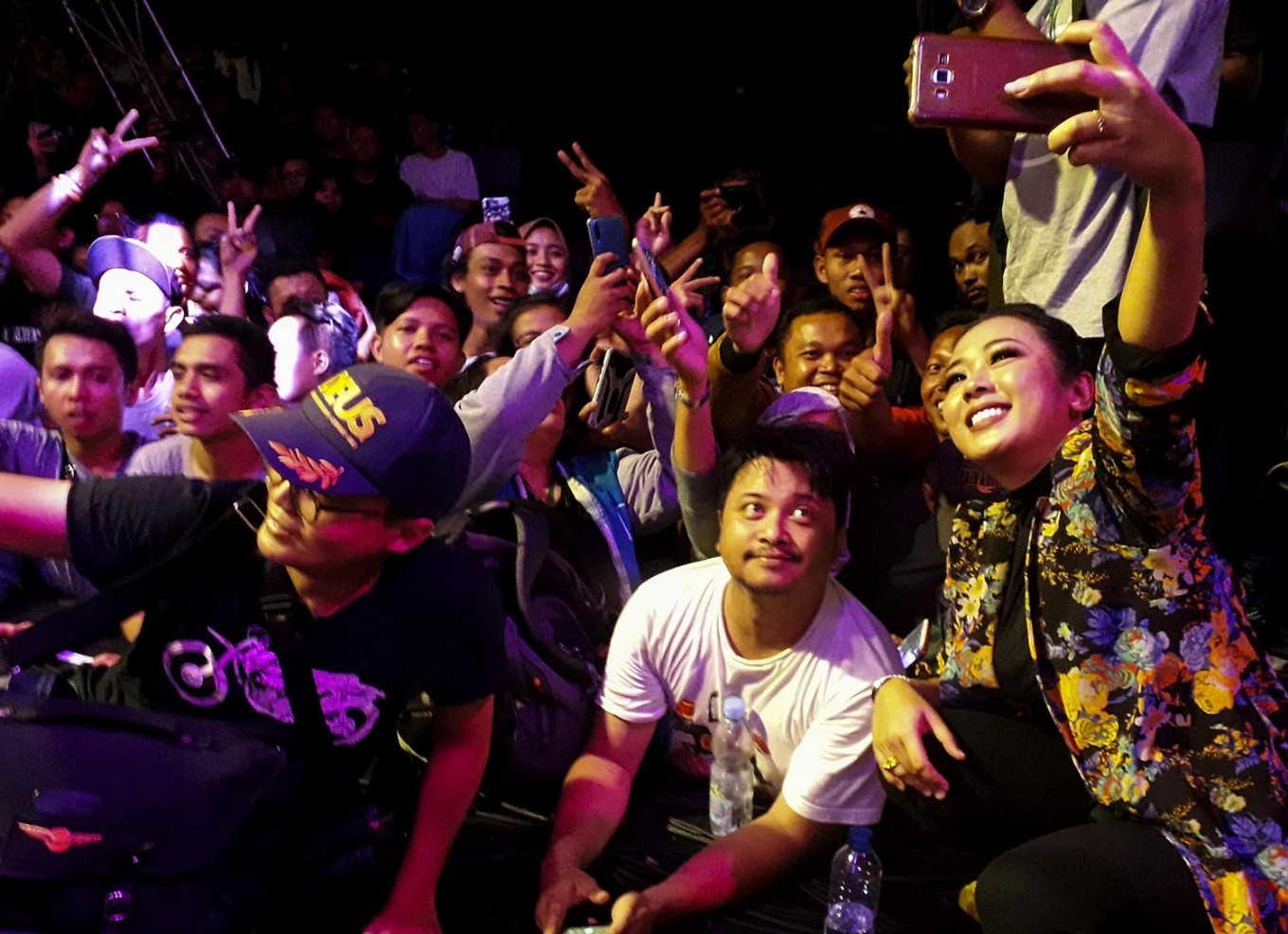 Look here: Sinden singer Soimah takes a selfie with her fans. JP/Tarko Sudiarno