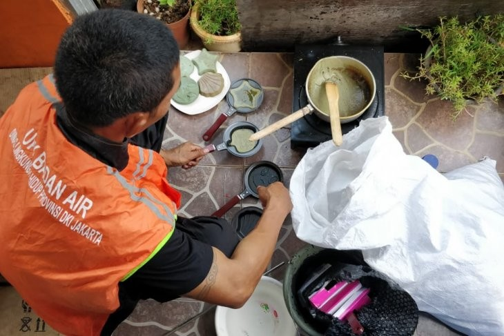 Tackling plastic pollution: Jakarta sanitation officers turn waste into handicrafts