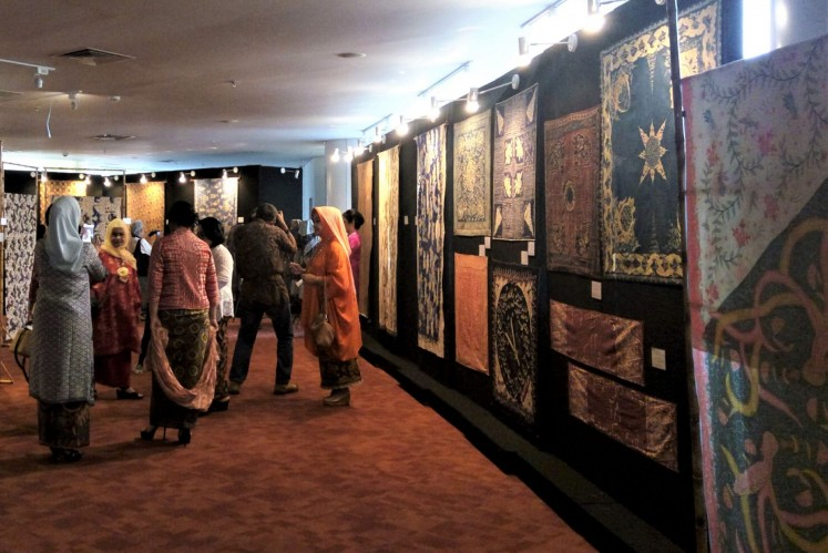Islamic influences: Visitors view a wide range of batik whose motifs have been influenced by Islam at an exhibition held at the National Library in Jakarta until Nov. 30.