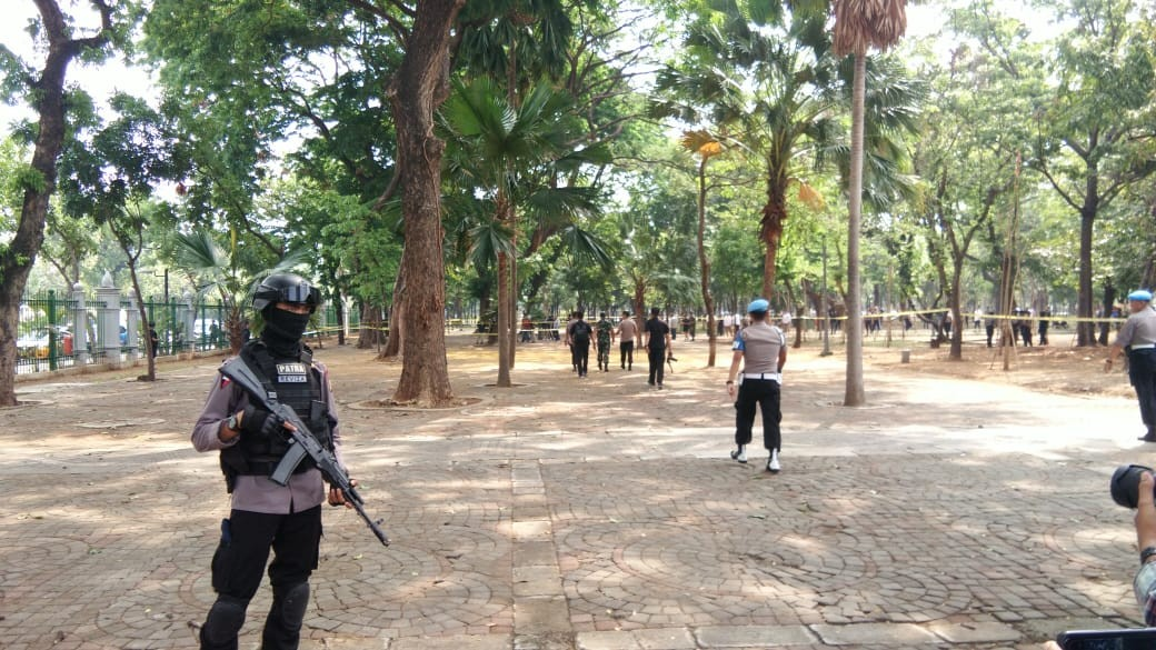 Smoke grenade behind explosion at Monas not ours, police say
