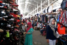 Having a look: A view inside Poncol Market, Central Jakarta, on Nov. 9. Unlike in the past, this market is now only busy on holidays or weekends.  JP/Narabeto Korohama