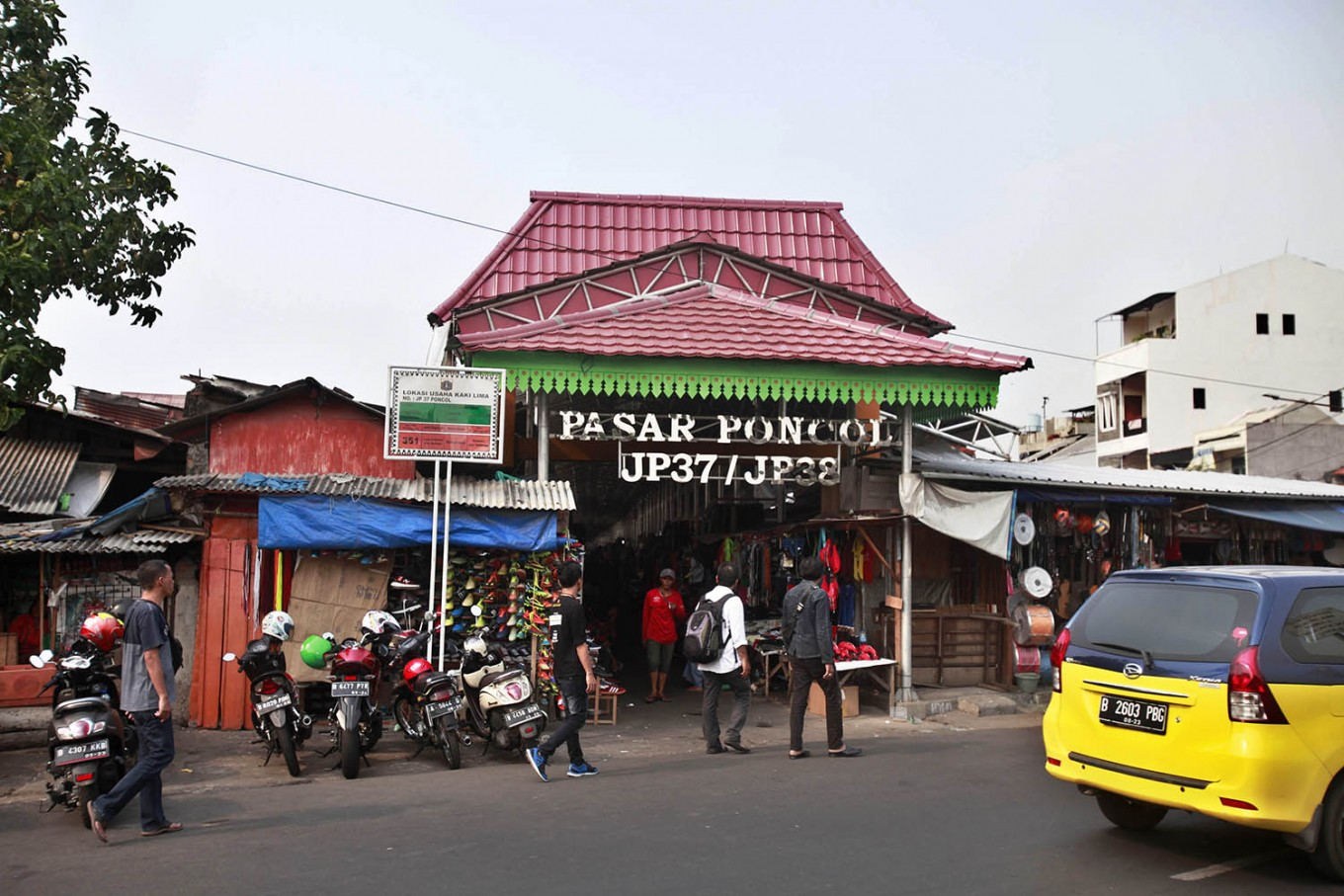 Welcome, visitors: The gate to Poncol Market, Central Jakarta. The flea market is located next to Pasar Senen Station. JP/Narabeto Korohama