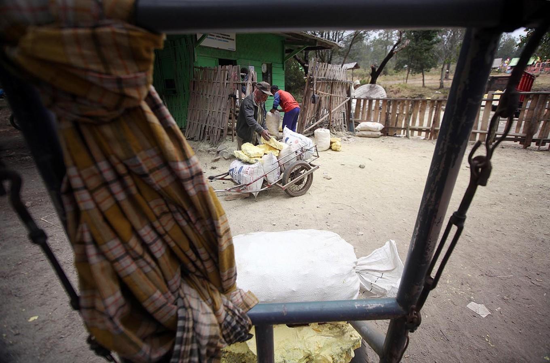 Miners load trolleys of sulfur. JP/Boy T Harjanto