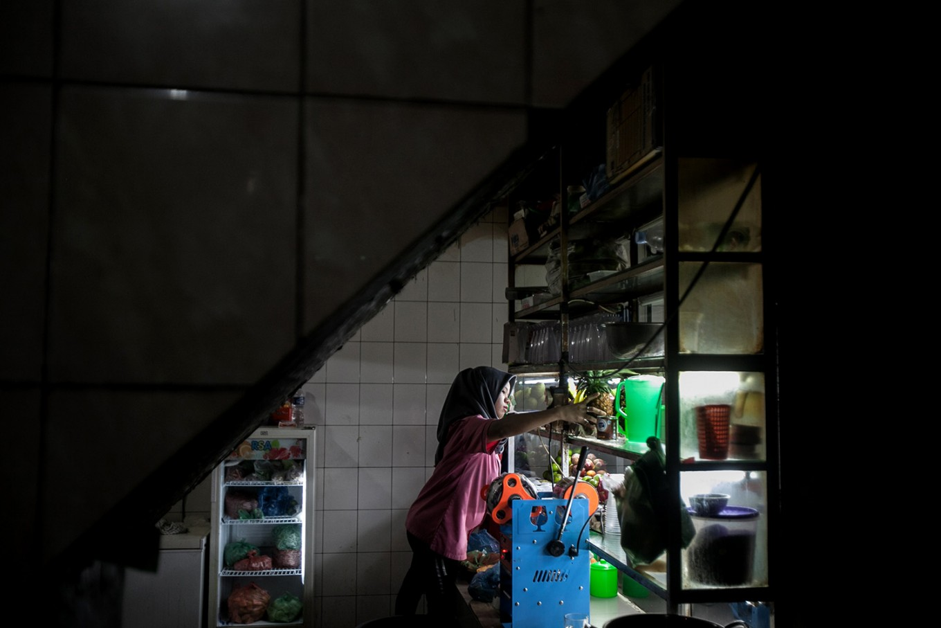 A restaurant staff member prepares to serve drinks at a Padang restaurant in Medan, North Sumatra. JP/Andri Ginting