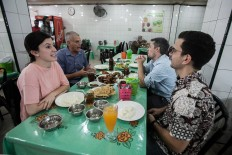 American guests have a meal at a Padang restaurant in Medan, North Sumatra. JP/Andri Ginting