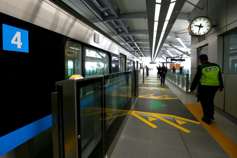 Jakarta won't increase MRT, LRT, Transjakarta fares, Anies says