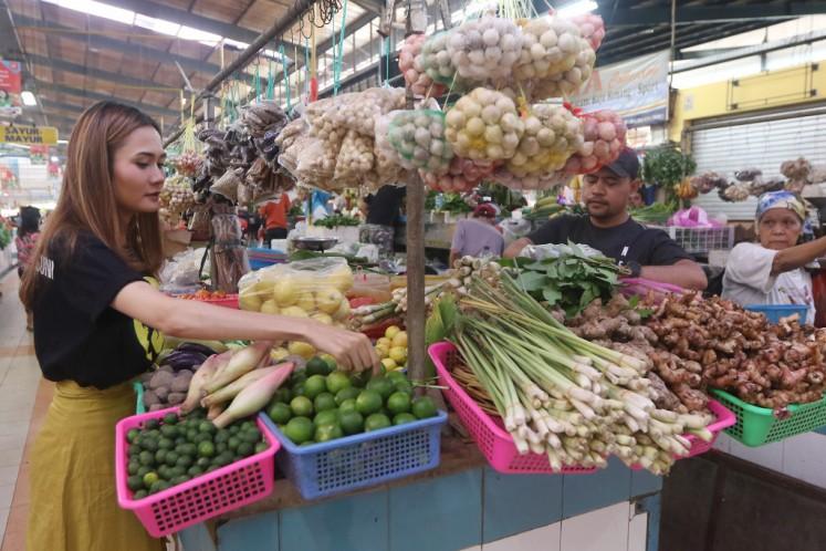 Suni shops for jamu ingredients at the BSD Modern Market in South Tangerang, Banten, on Dec. 10.