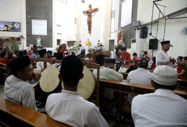 Students of Roudlotul Solohin Pesantren (Islamic boarding school) from Demak gave a rebana tambourine performance to accompany the Mater Dei Church choir performance in Lamper Kidul on Wednesday morning in Semarang, Central Java.