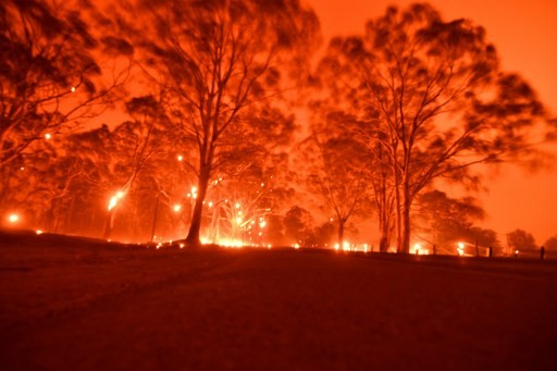 Thousands to sleep at beaches as fires encircle Australian towns