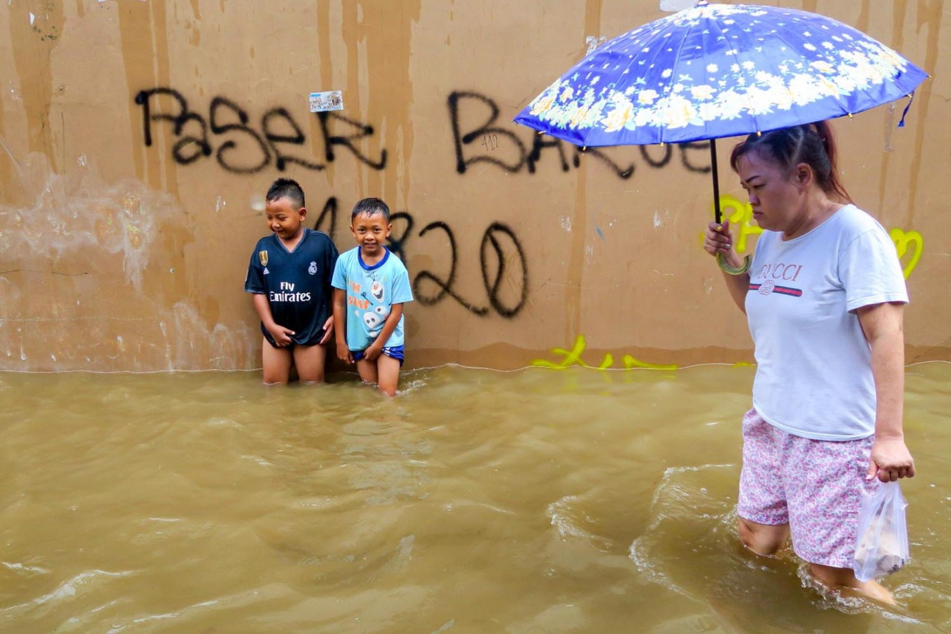 Tens of thousands caught in deadly Indonesian floods