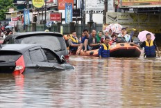 A search and rescue team uses a rubber boat to rescue flood victims at the Jati Bening Permai housing complex in Bekasi on Jan. 1. Antara/Saptono