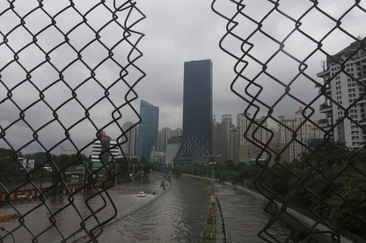 Water inundates Jl. S. Parman in West Jakarta on Jan. 1. JP/Dhoni Setiawan