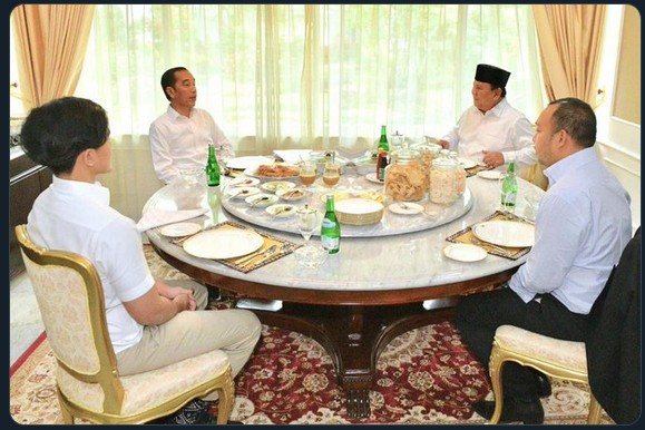 Jokowi welcomes Prabowo as first New Year's guest
