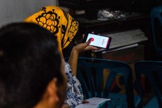 One of the students records Rama Dwijo's pronunciation on her smartphone to help her learn faster. JP/Anggertimur Lanang Tinarbuko