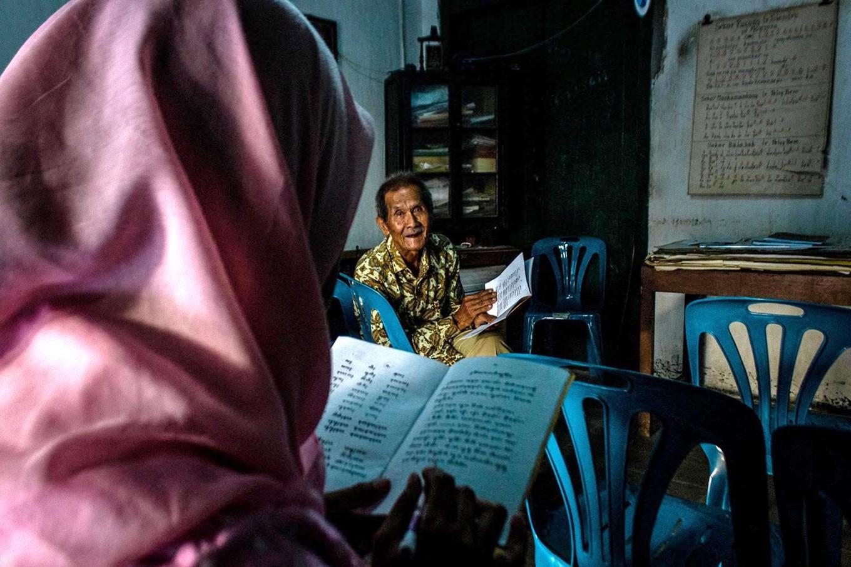 Rama Dwijo pays attention to his student's pronunciation. JP/Anggertimur Lanang Tinarbuko