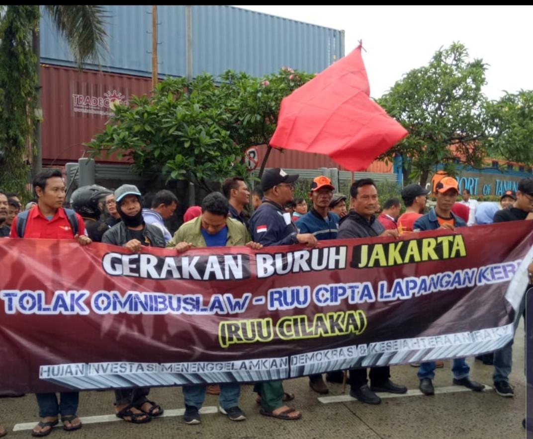 Labor unions protest Jokowi's omnibus bill