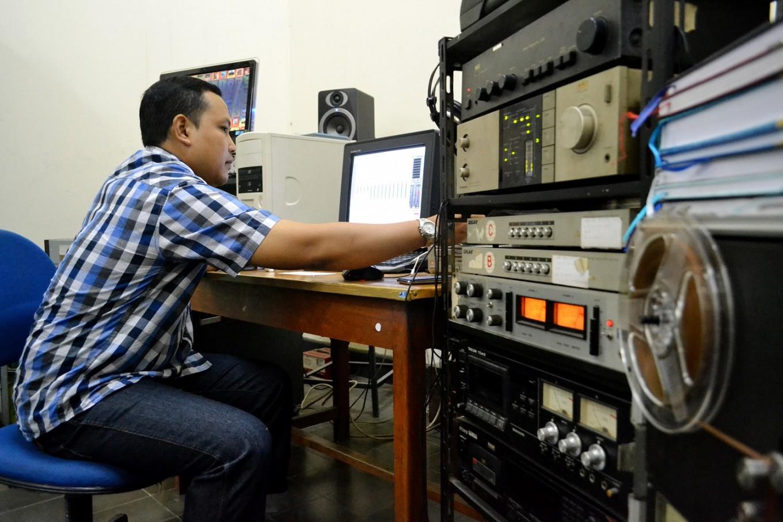 Lokananta's production coordinator Bemby Ananto remasters old Lokananta records.