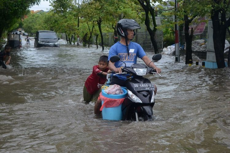 South Sulawesi floods leaves homes cut off, at least one dead