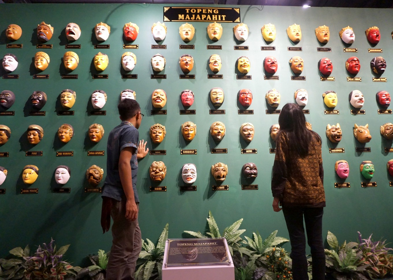 Visitors are seen admiring Majapahit masks, which were created based on interpretations of ancient stupas and temples built in the era of the Majapahit and Singosari kingdoms.