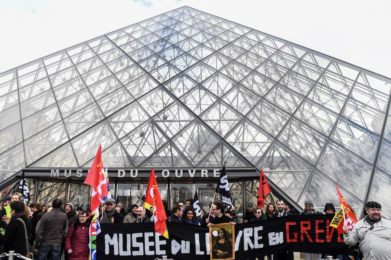 Louvre reopens after being blocked by strikers