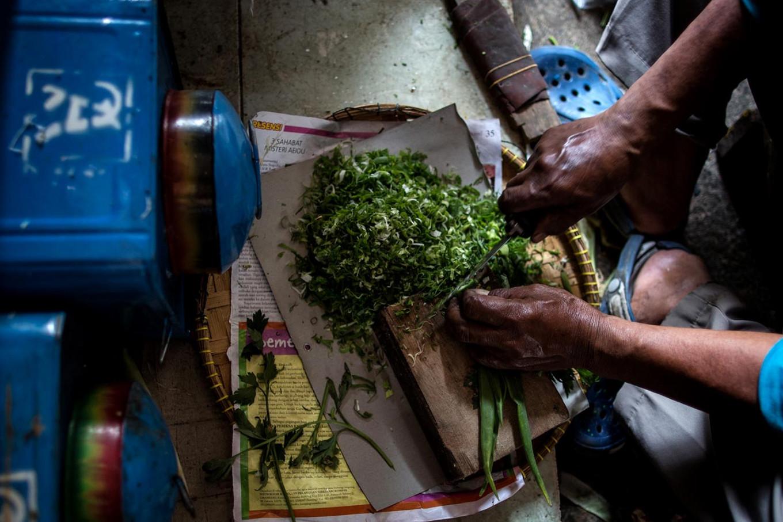 Workers slice spring onions, one of the ingredients in making crackers, in Depok, West Java, on January. 15. JP/Afriadi Hikmal