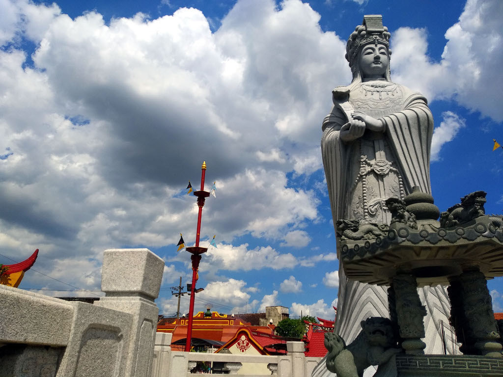 Confucians uphold cleaning ritual at Kediri temple